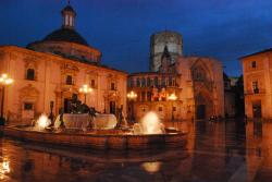 Picture of la Plaza de la Virgen at night